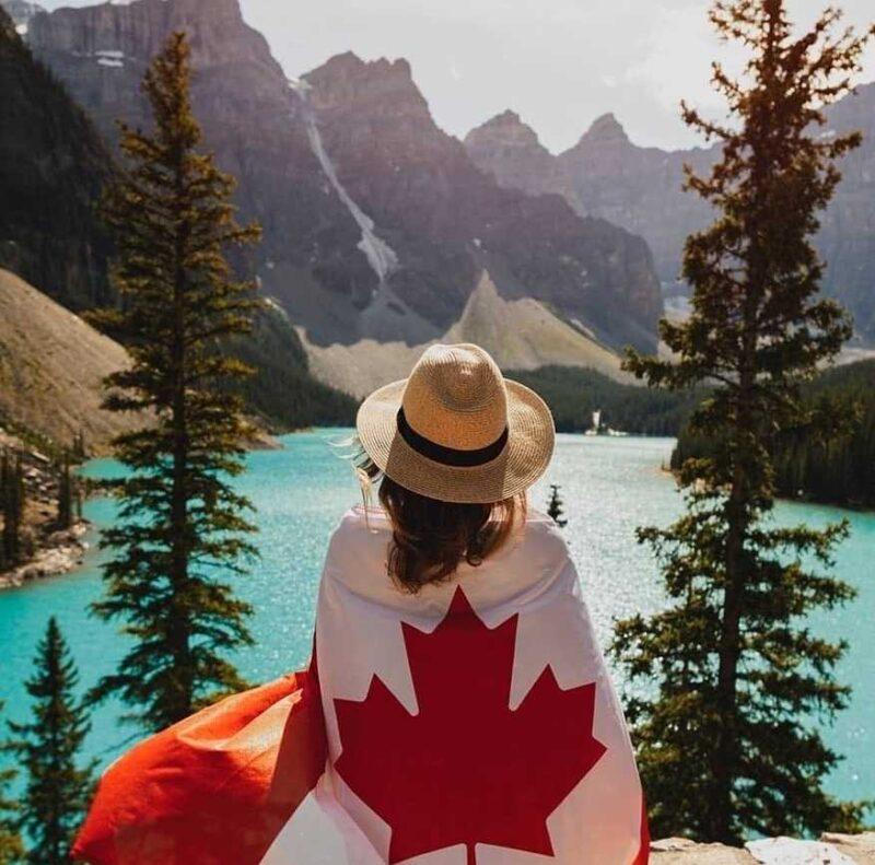 девушка с флагом Канады