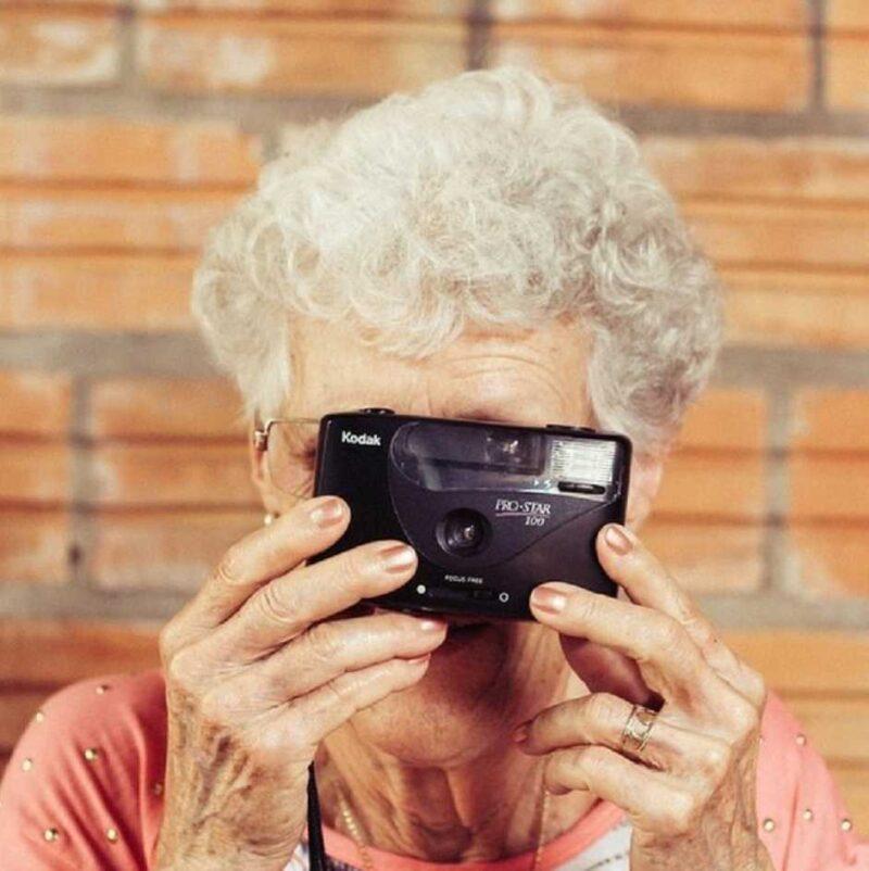 Пенсионерка с фотоаппаратом