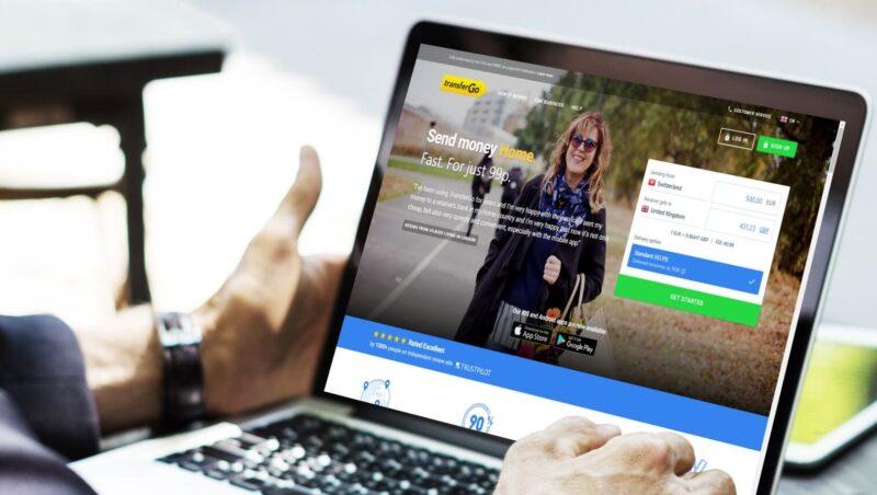 Экран ноутбука с открытым сайтом TransferGo