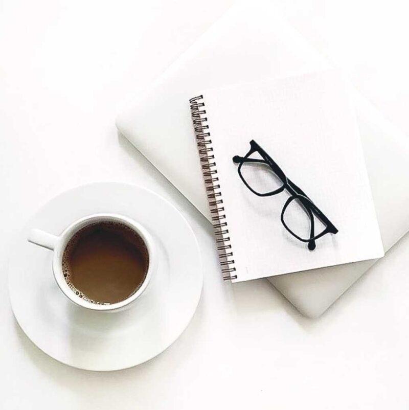 часы и кофе